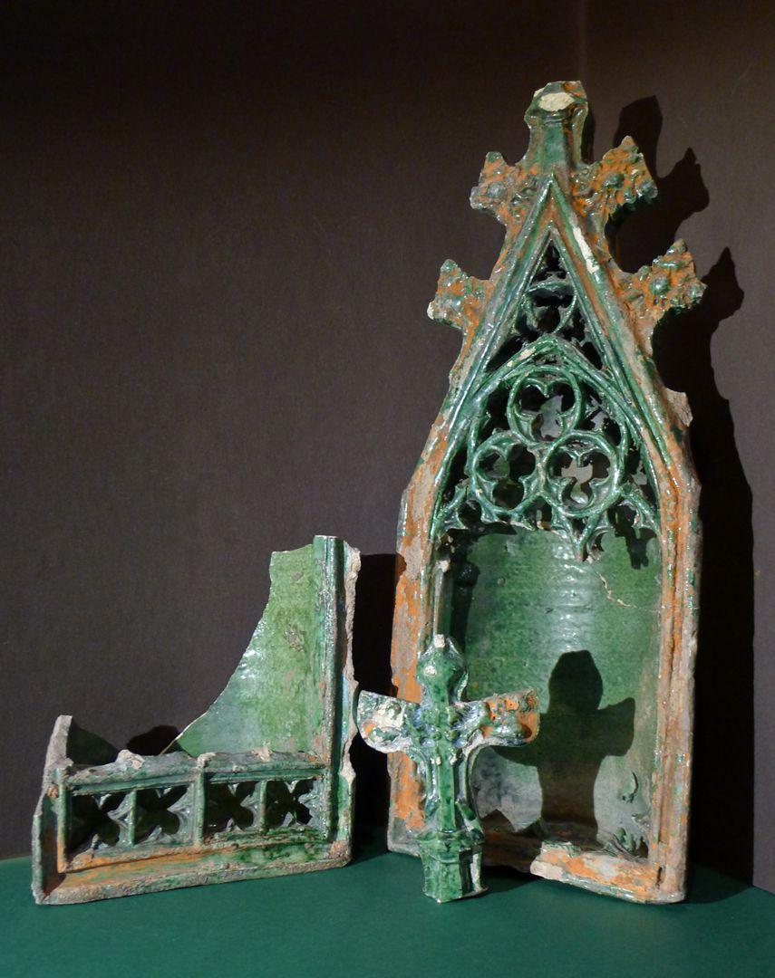 Maria, St. Georg und Friedrich III. (Prunkkachelofen) Detail abgenischter Wimpergkacheln und abgebrochener Kreuzblume