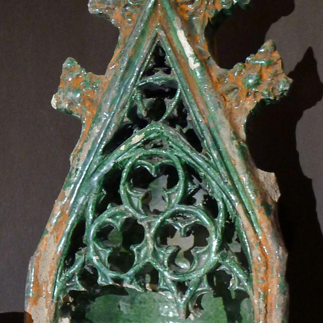 Maria, St. Georg und Friedrich III. (Prunkkachelofen) Kacheldetail mit freischwebendem, verräumlichtem Maßwerk