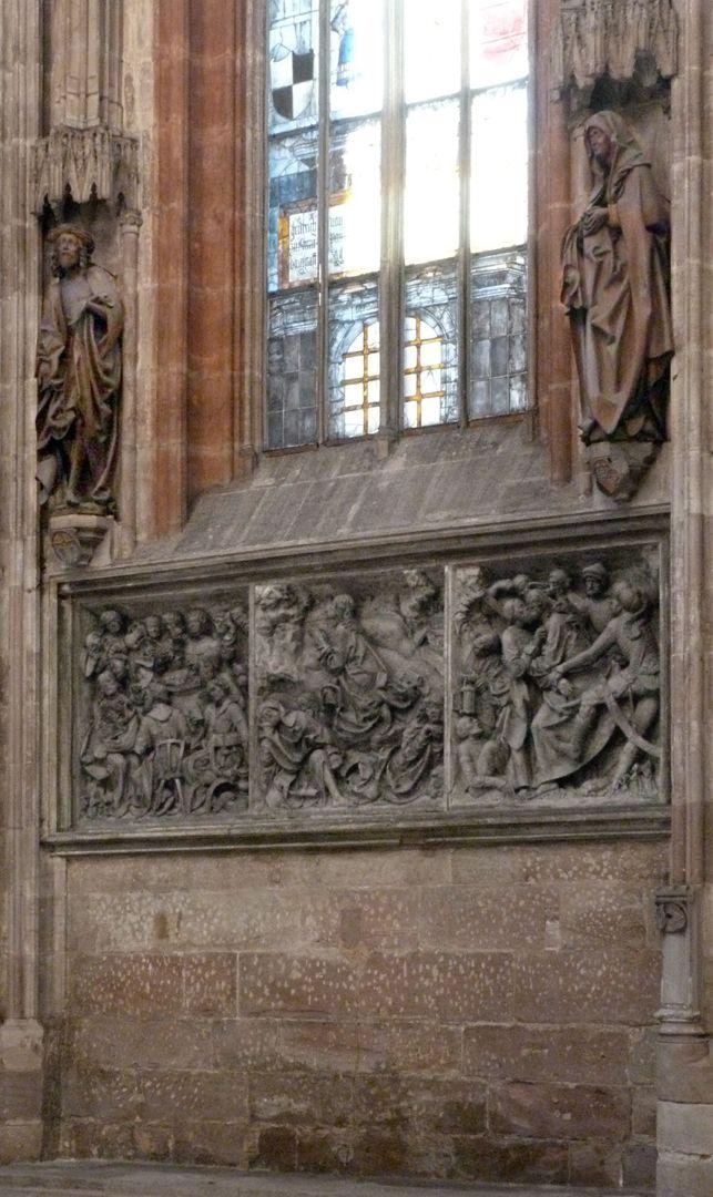 Volckamer Memorial Foundation, Man of Sorrows Gesamtansicht der Gedächtnisstiftung mit Reliefplatten, l.o. Schmerzensmann und r.o. Schmerzensmutter