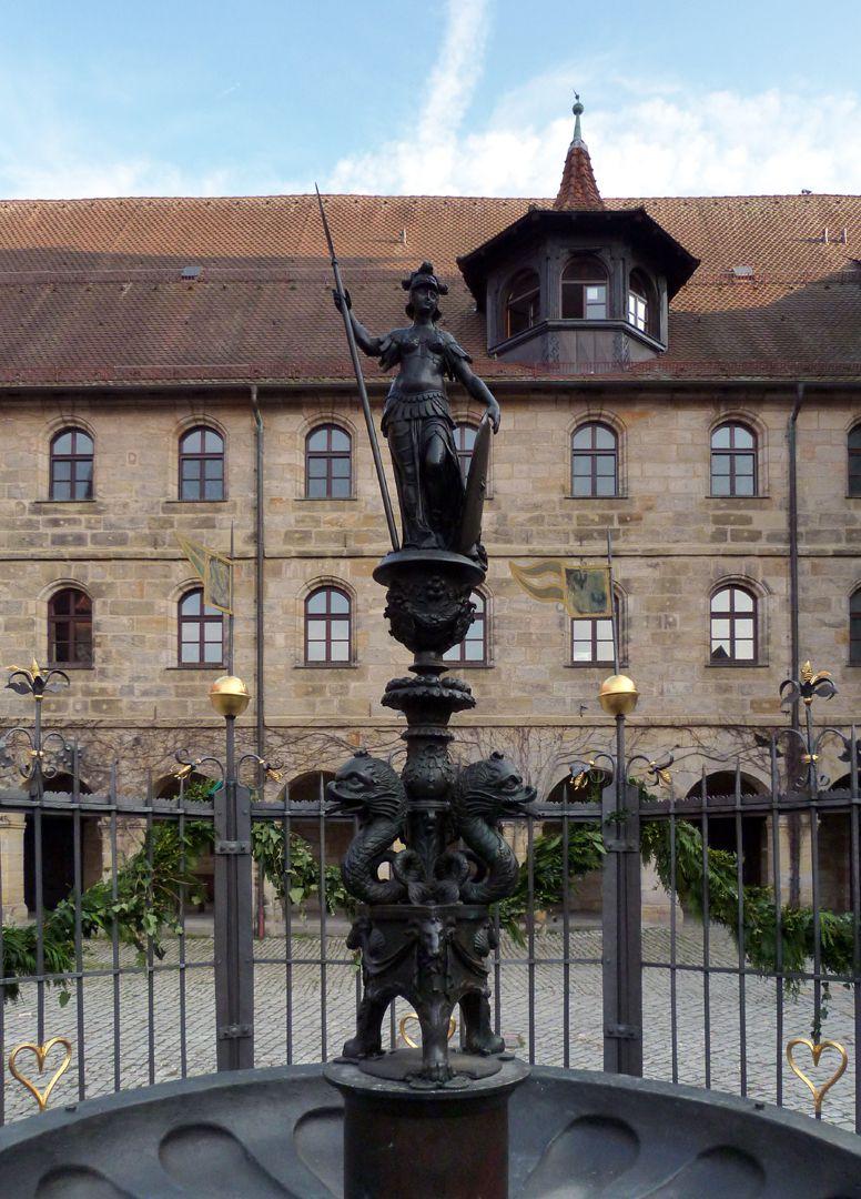 Athene-Brunnen Die Figurine der Pallas Athene bekrönt den Brunnen