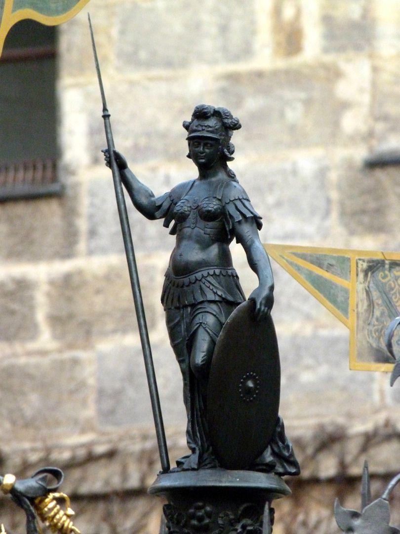 Athene-Brunnen Pallas Athene im linken Dreiviertelprofil