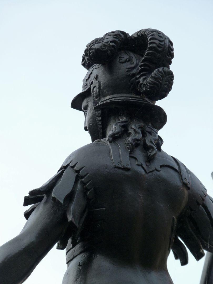 Athene-Brunnen Schulteransicht
