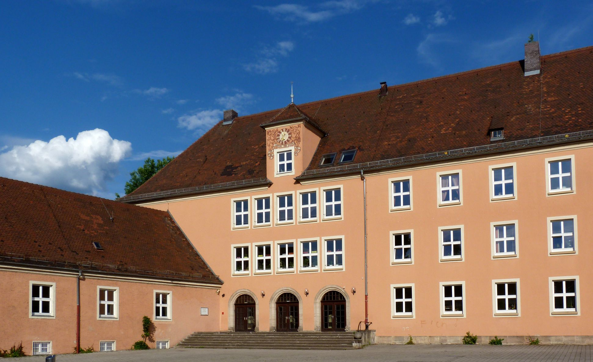 Konrad-Groß-School Courtyard front with entrance