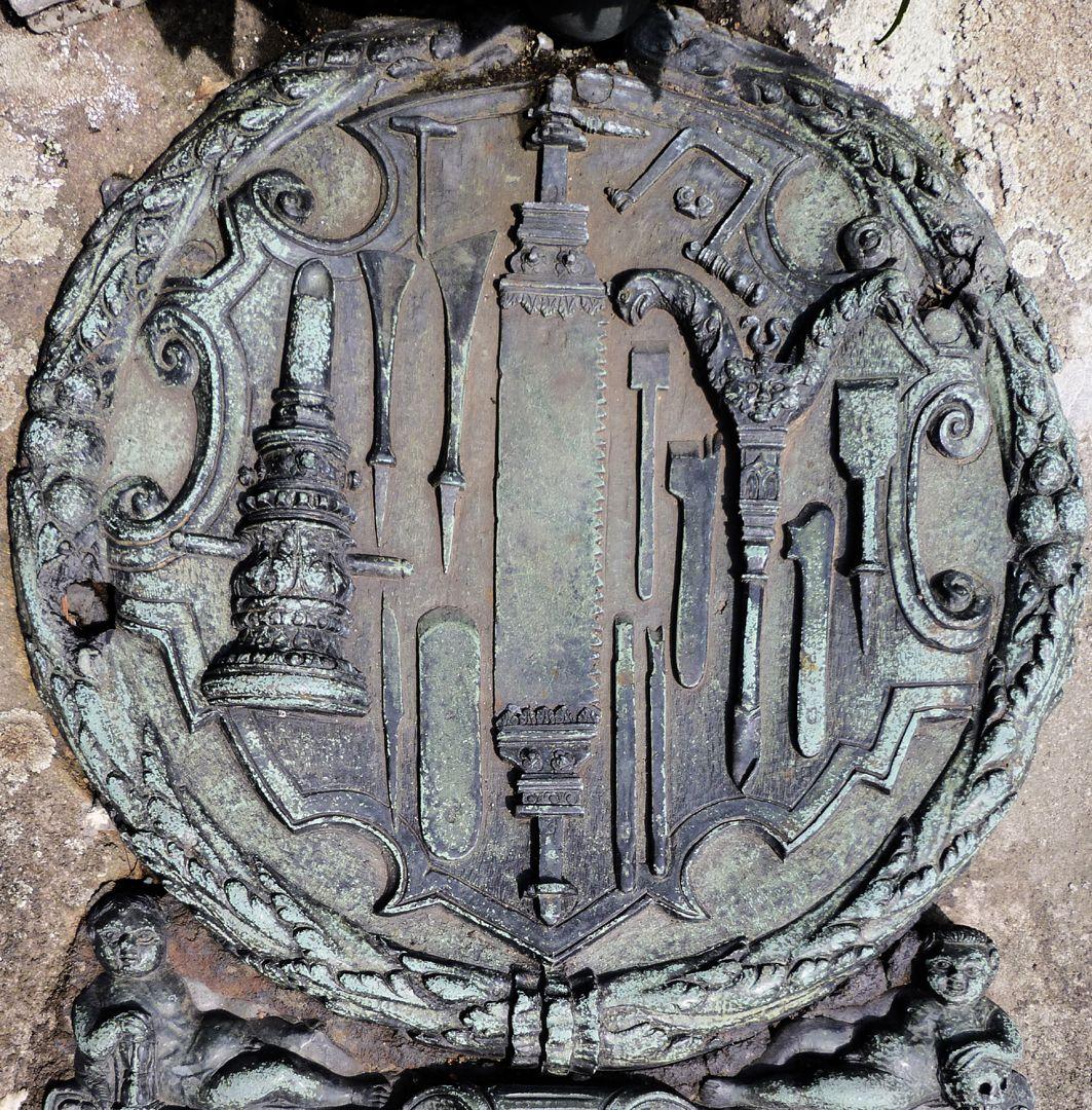 Epitaph des Eucharius Voytt Kartusche mit Blätterkranz und aufgelegten Werkzeugen