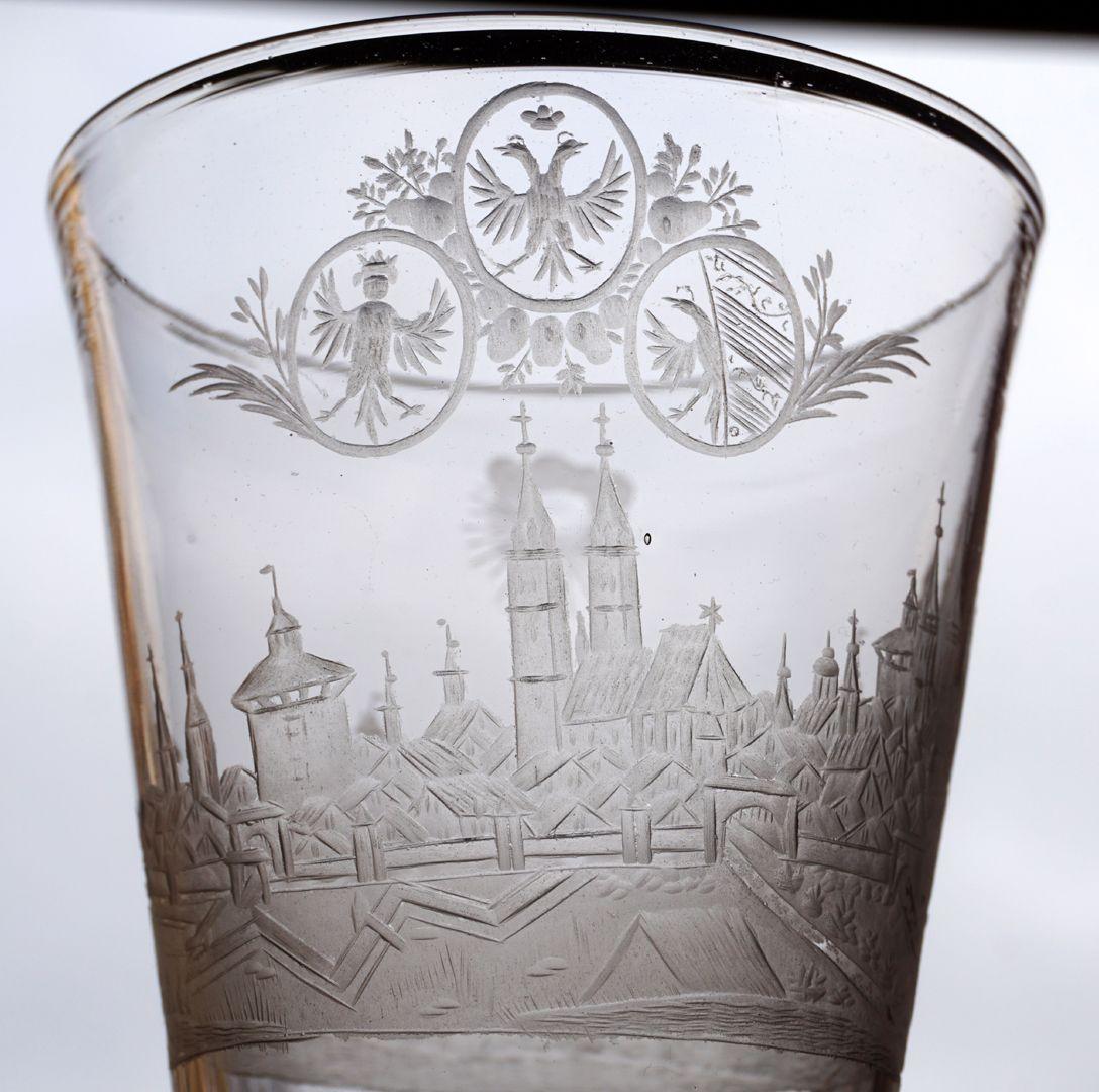 Barocker Glaspokal mit Nürnberg-Panorama Wappendreiverein über Stadtsilhouette und Sankt Lorenz