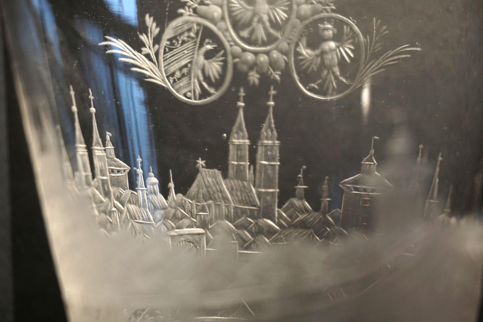 Barocker Glaspokal mit Nürnberg-Panorama Betrachtung durch beide Glaswände auf Wappendreiverein und Sankt Lorenz