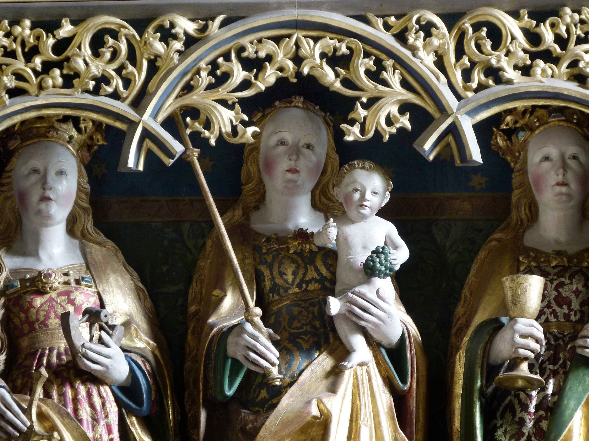Beerbacher Altar ev. Pfarrkirche, Flügelaltar, Detail: Maria mit Kind zwischen, hl. Katharina und hl. Barbara, (Altarschrein 1875 verkürzt, Gesprenge geändert)