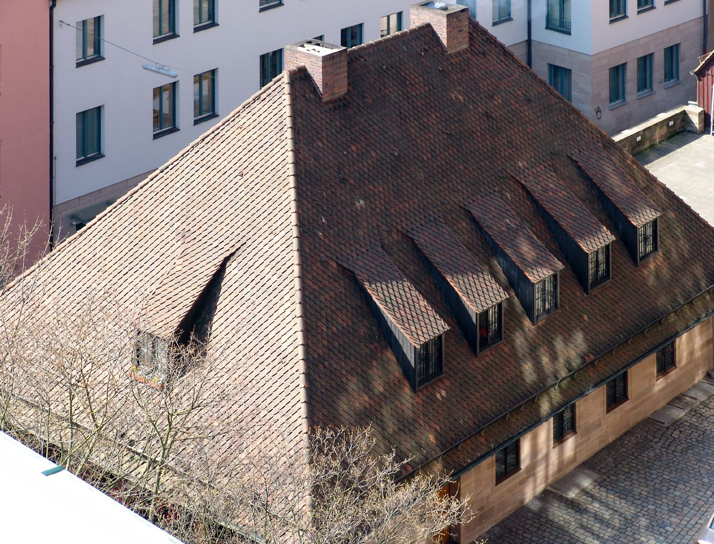 Bratwursthäusle Lateral view of the hip roof, under which the office is located