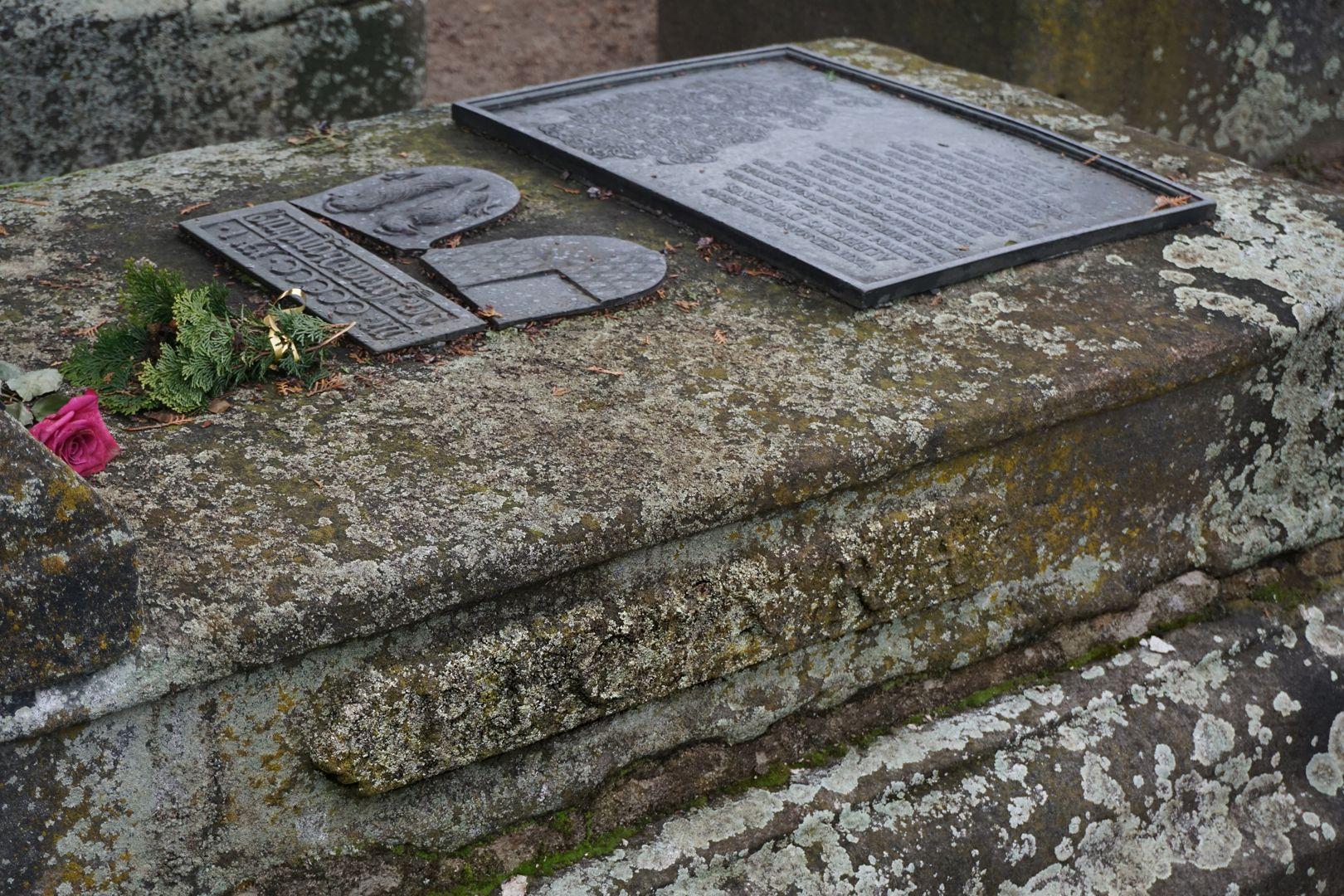 Albrecht Dürer Grabstätte Inschrift auf der rechten Seite der Grabstätte: PICTURA
