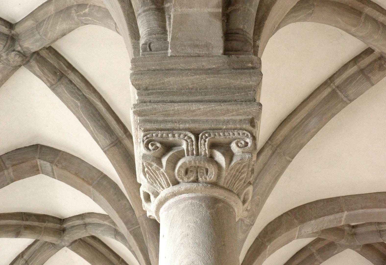 Euchariuskapelle östliches Säulenkapitell mit Gewölben