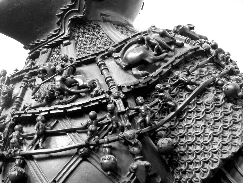 Ferdinand of Portugal (Innsbruck) Kette und Reliefs mit auf Fabelwesen reitenden Knaben, Detail