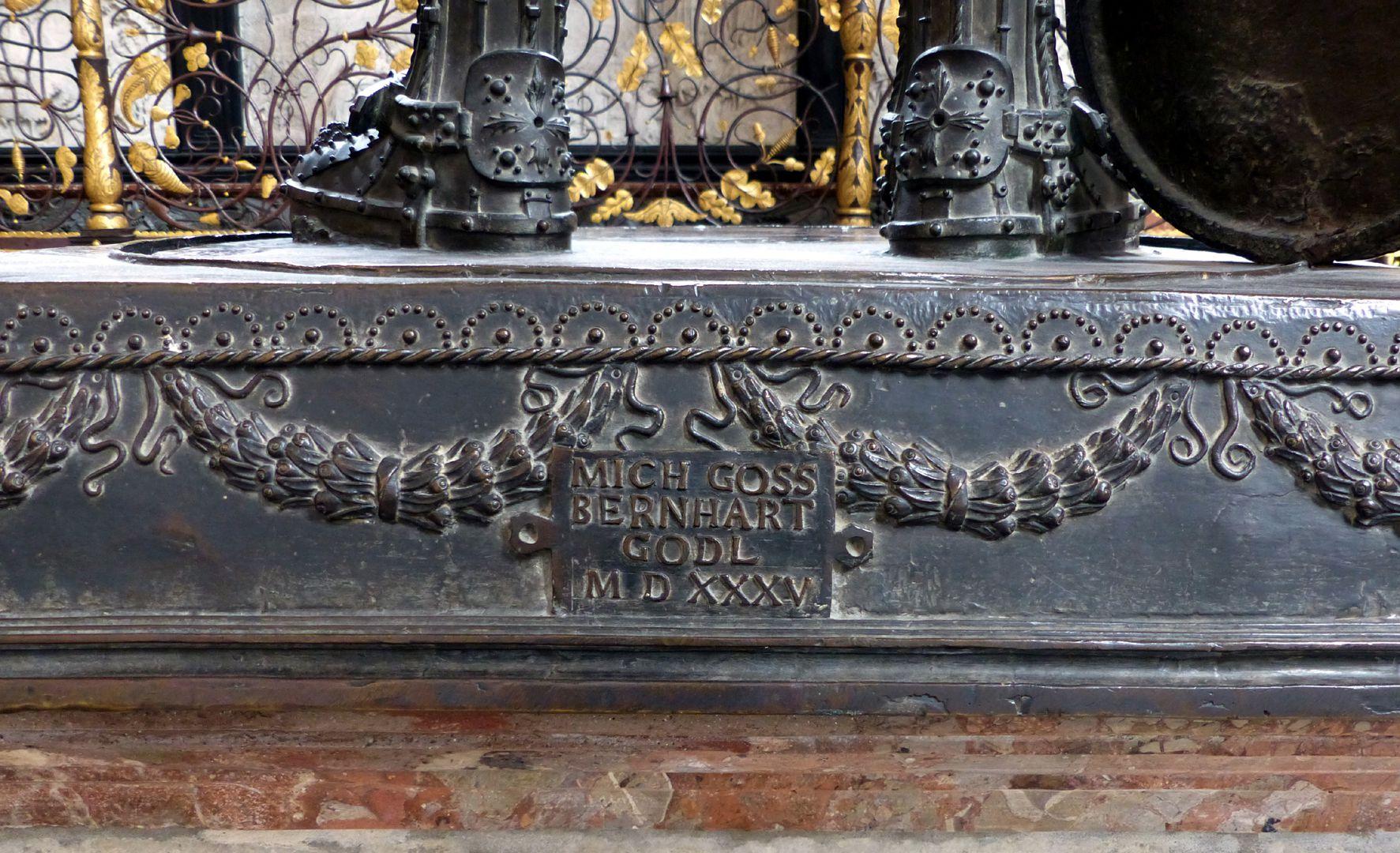 Ferdinand of Portugal (Innsbruck) Sockel mit Inschrift: MICH GOSS BERNHART GODL MDXXXV