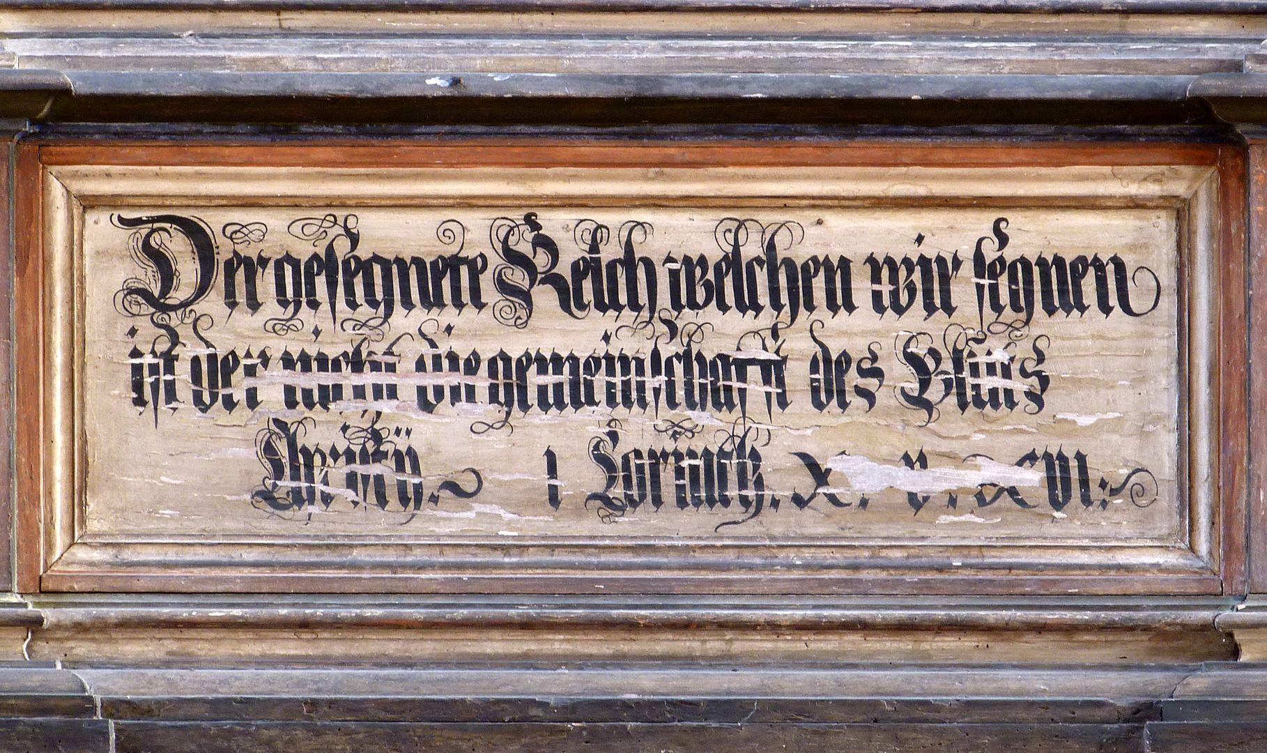 Flötner-Altar (Ansbach) Inschrift aus Korinther 10,16 erster Satz: Ist der Kelch des Segens, über den wir den Segen sprechen, nicht Teilhabe am Blut Christi? (Ist das Brot, das wir brechen, nicht Teilhabe am Leib Christi?)