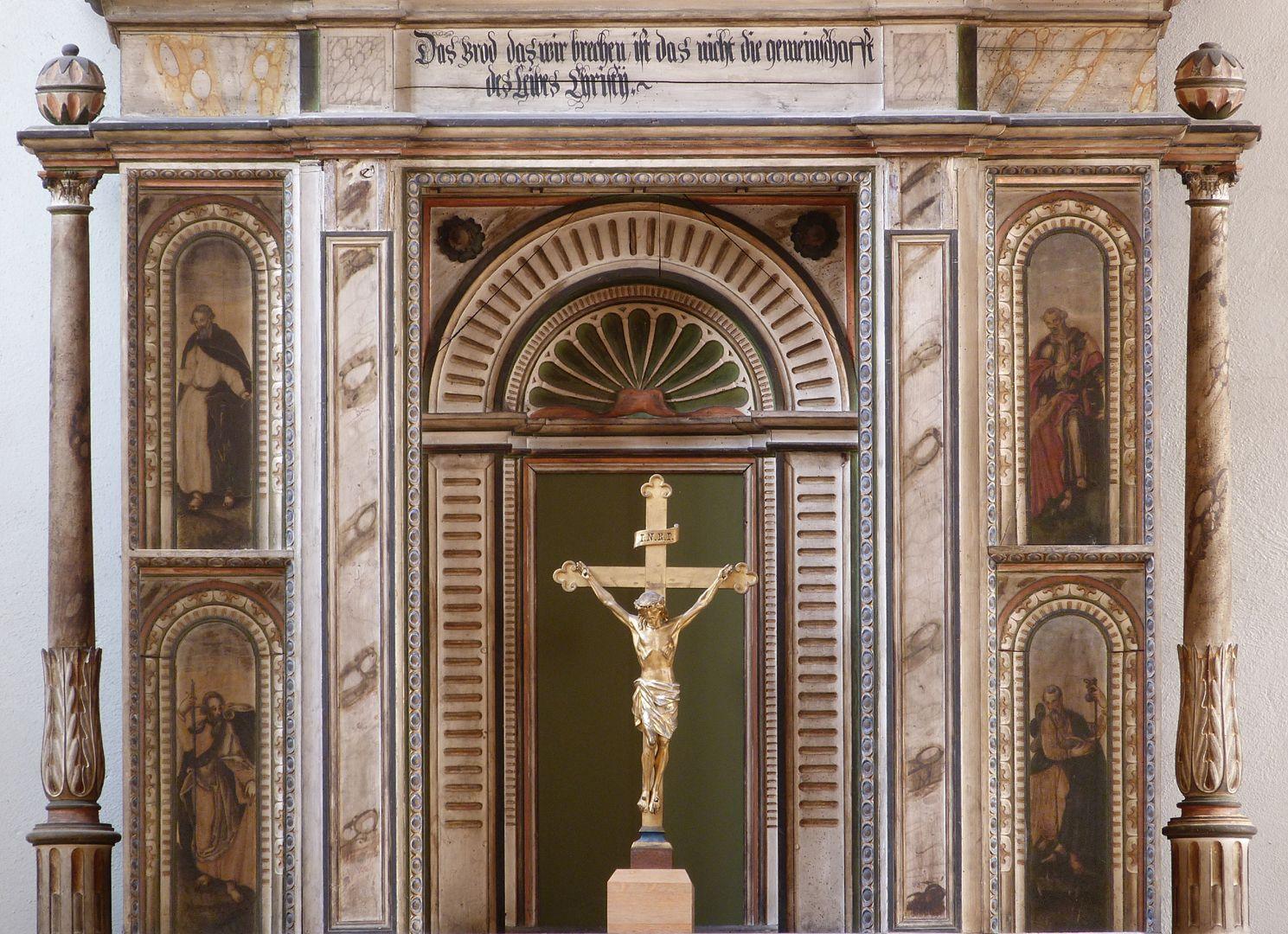 Flötner-Altar (Ansbach) Altar Mittelkörper, Inschrift aus Korinther 10,16 zweiter Satz (Ist der Kelch des Segens, über den wir den Segen sprechen, nicht Teilhabe am Blut Christi?) Ist das Brot, das wir brechen, nicht Teilhabe am Leib Christi?