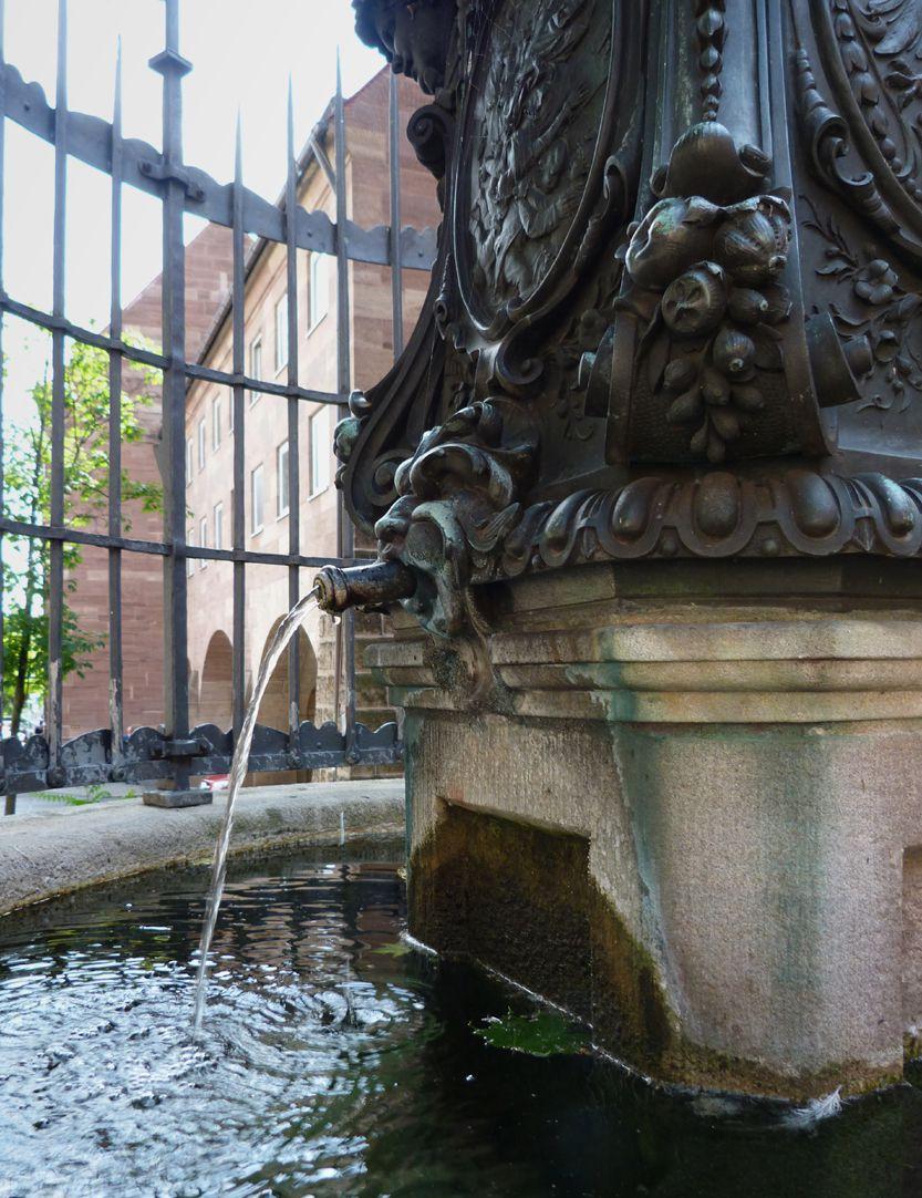 Grübelsbrunnen Schrägansicht mit Wasserspeier