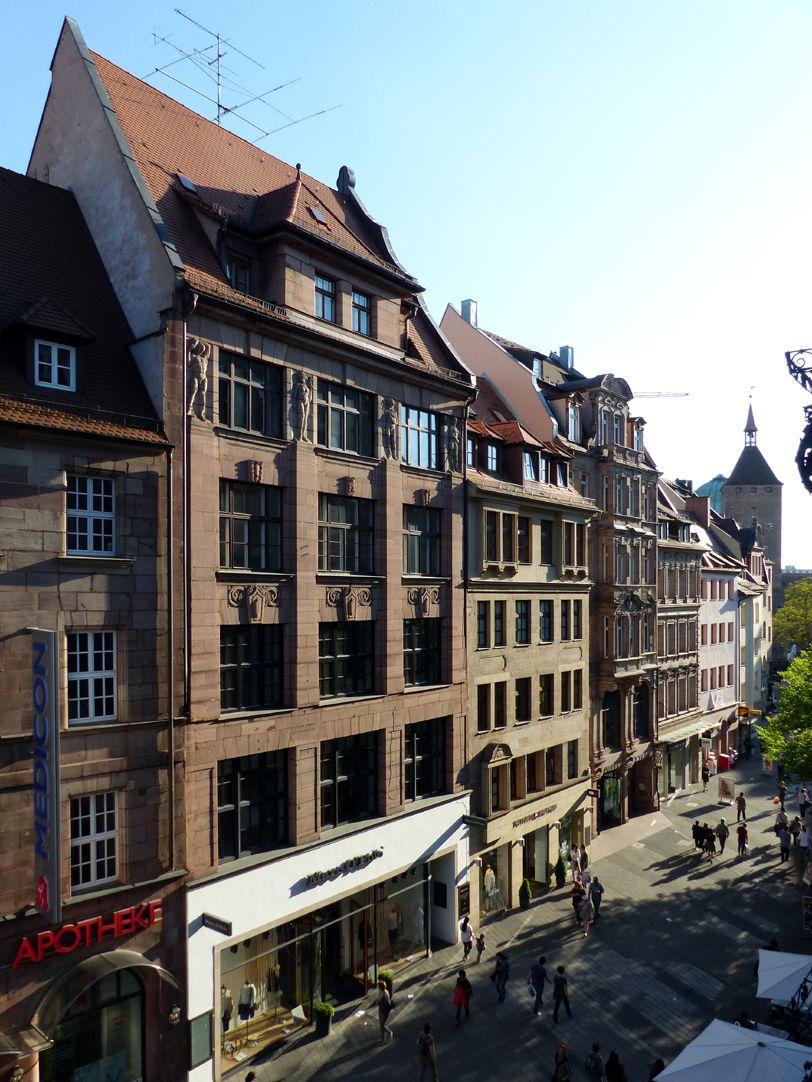 Business- and office building, Hefnersplatz 7 General view with vista of Breite Gasse