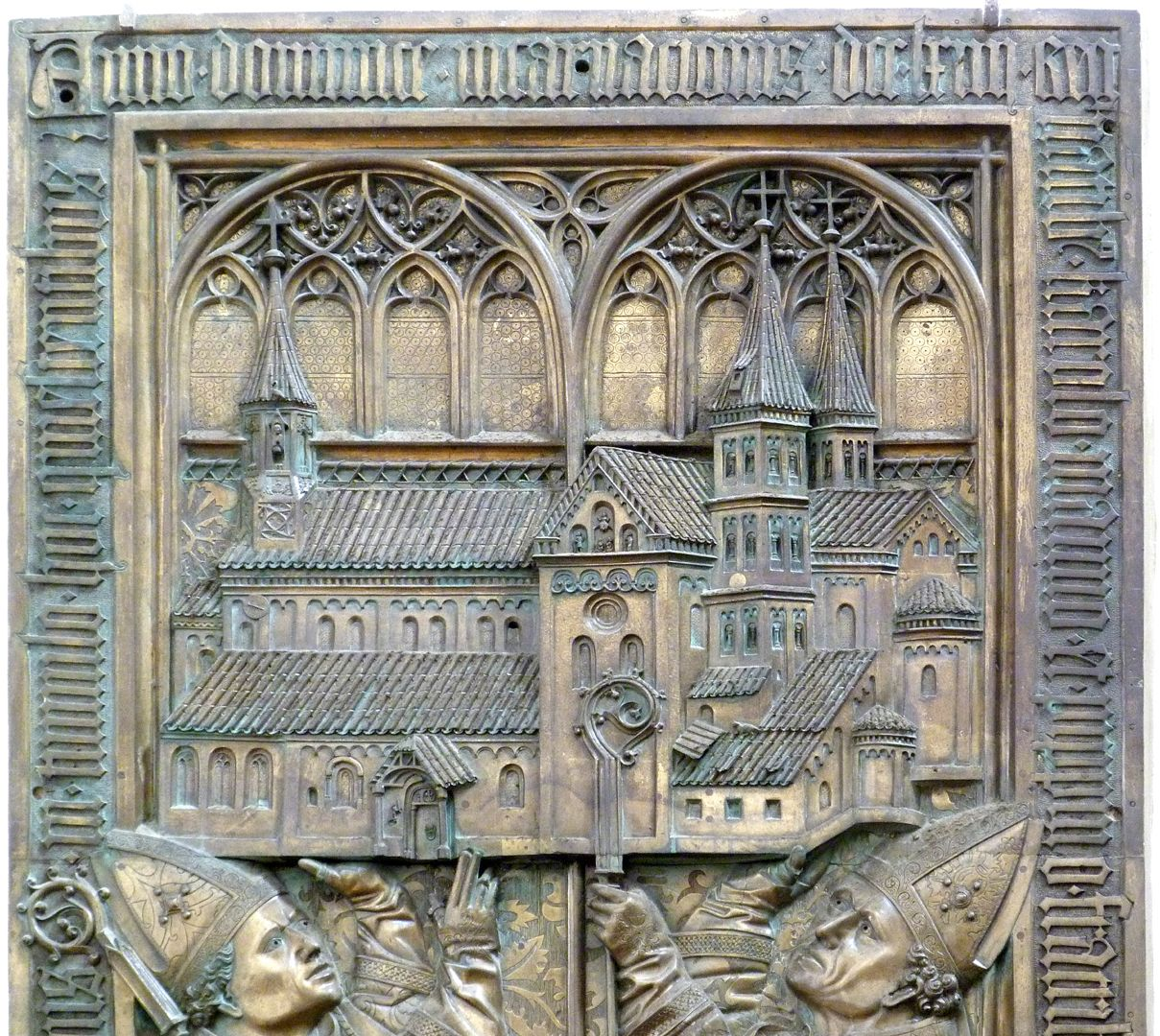 Memorial panel for Hariolf and Erlolf obere Platte mit Kirchenmodell
