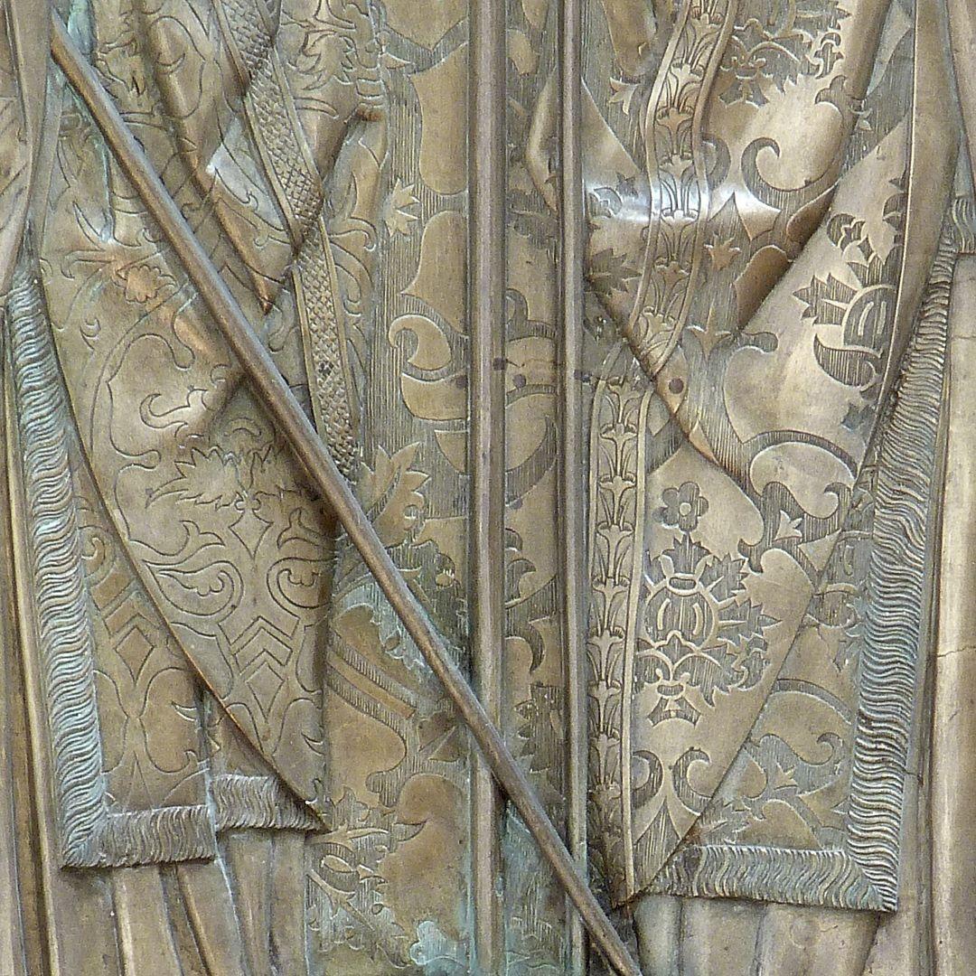 Memorial panel for Hariolf and Erlolf Detail der Messgewänder und im Hintergrund Brokatvorhang