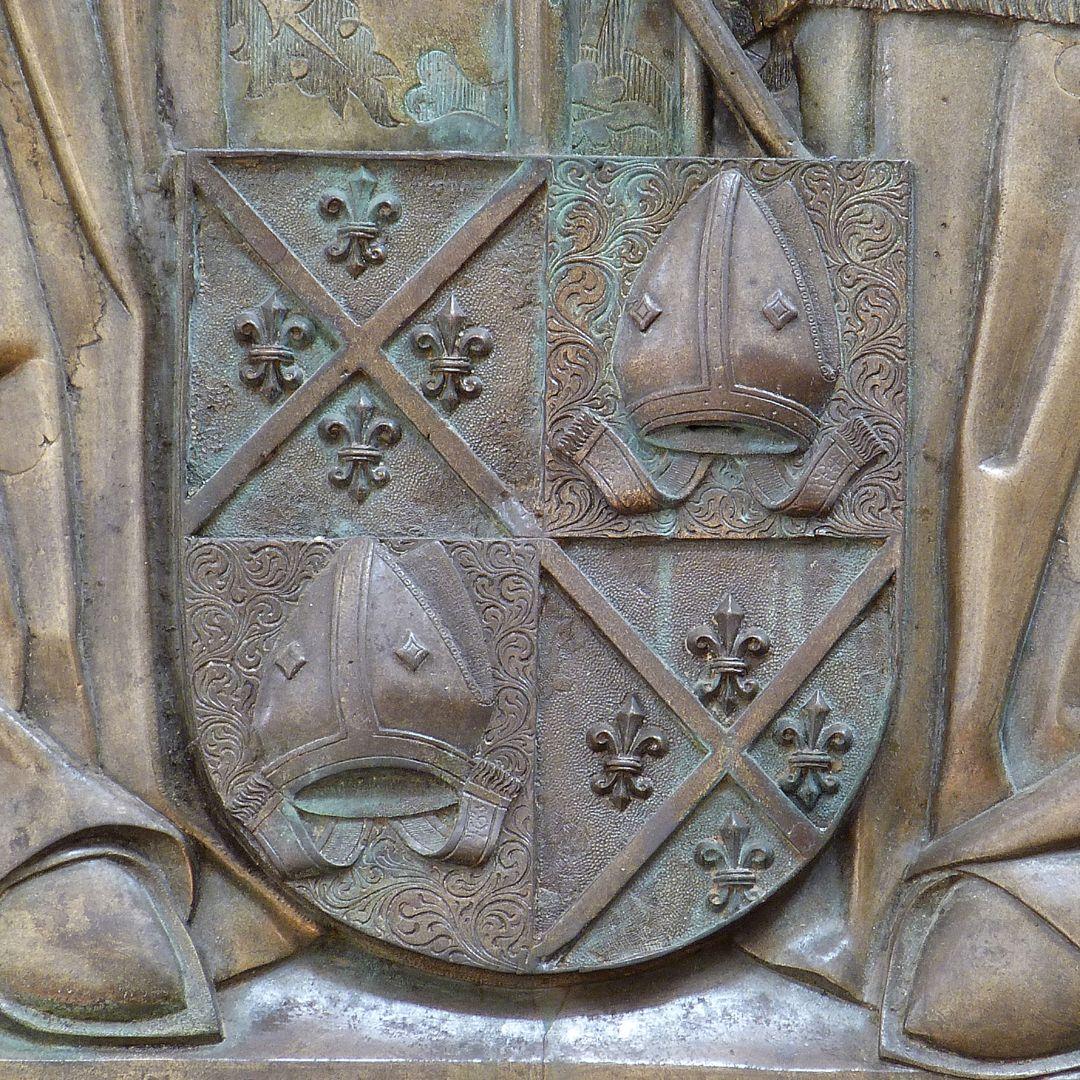 Memorial panel for Hariolf and Erlolf gevierte Wappen der Brüder: Andreaskreuz mit vier Lilien und Bischofsmützen
