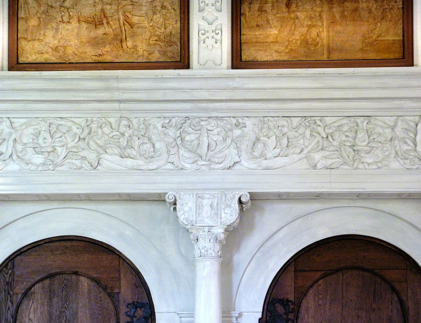 Hirsvogelsaal Twin portal in the north wall, capital with crown plate and grotesque cornice