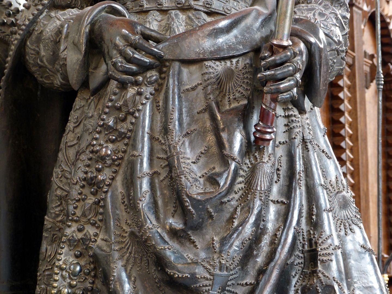 Joan of Castile (Innsbruck) Hände und Gewanddetail