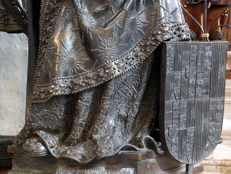 Joan of Castile (Innsbruck) unterer Gewandbereich und Wappenschild