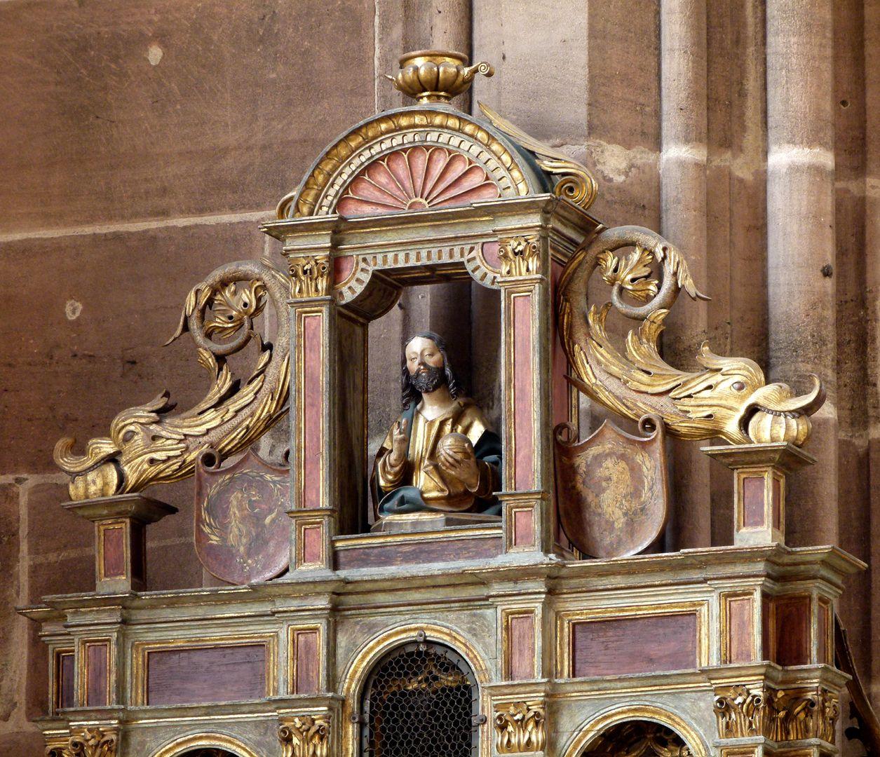 Johannesaltar (Altar der beiden Johannes) Retabelgiebel mit Salvatorfenster, stützende Fabelwesen und spiegelsymmetrische Imhof-Wappen