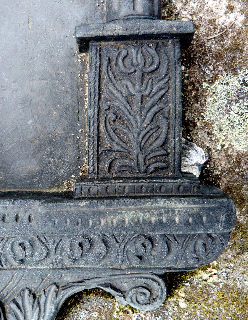 Epitaph des Hanß Parterum rechte untere Ecke mit Postament und Pflanzenornamentik