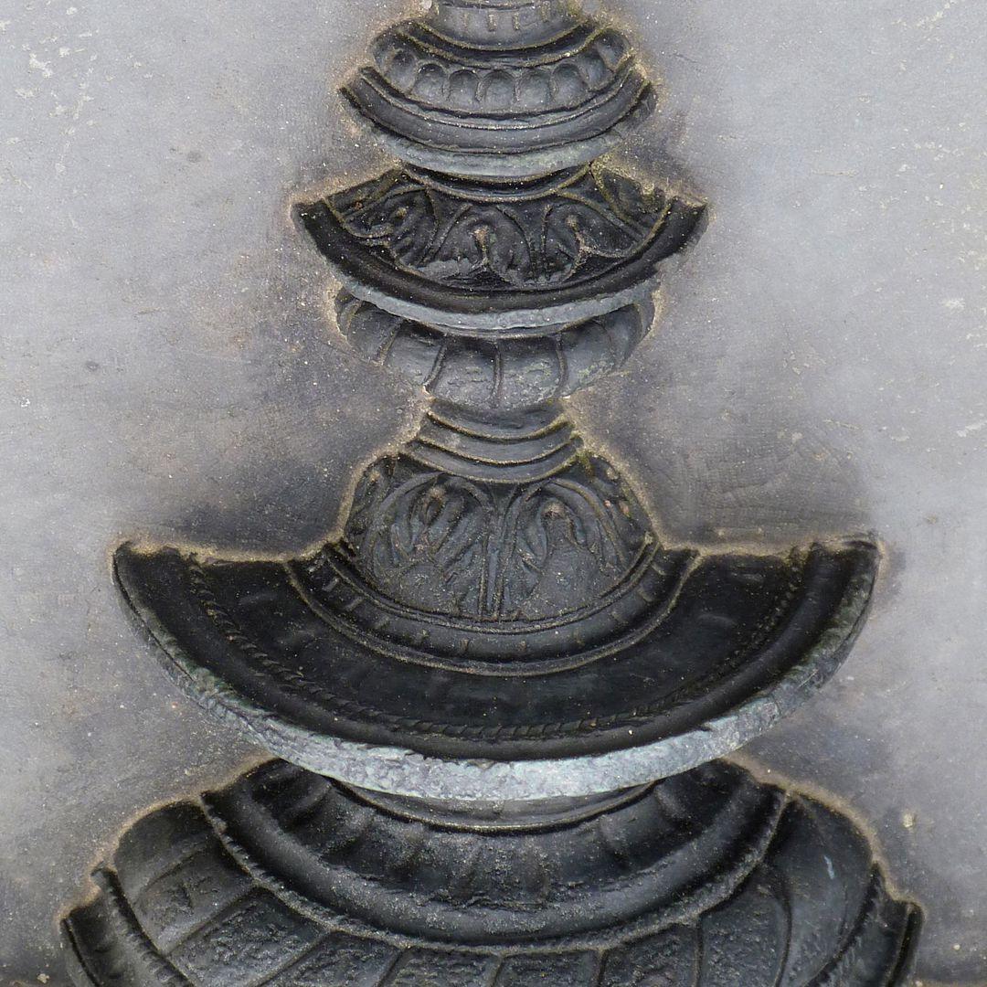 Epitaph des Hanß Parterum Tischleuchter unter Hälfte (Schrägansicht)