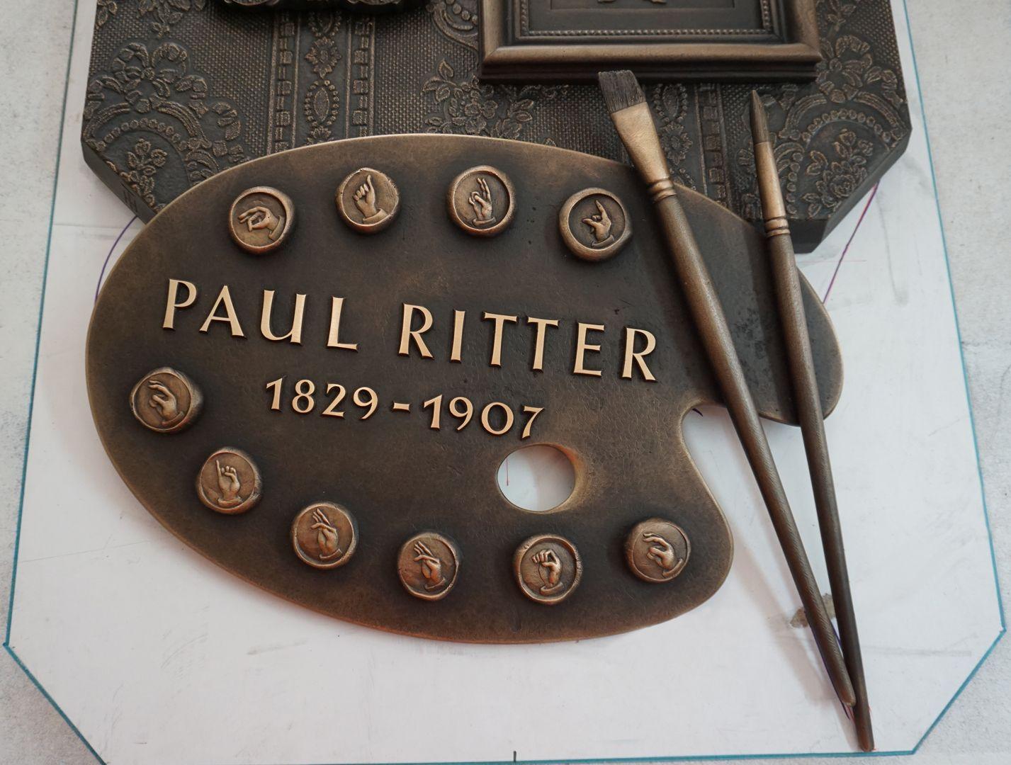 """Paul Ritter Grabstätte Malerpalette mit """"Gebärdenzeichen als Farben"""" (hier noch in der Werkstatt)"""