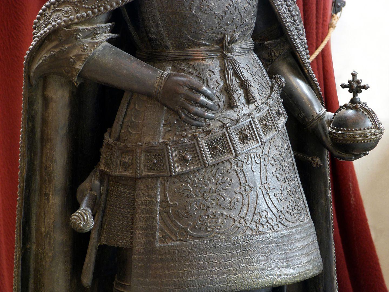 Albrecht II (Innsbruck) Harnischrock mit Metallgürtel, in der Linken der Reichsapfel, bei der Rechten Zepter abgegangen