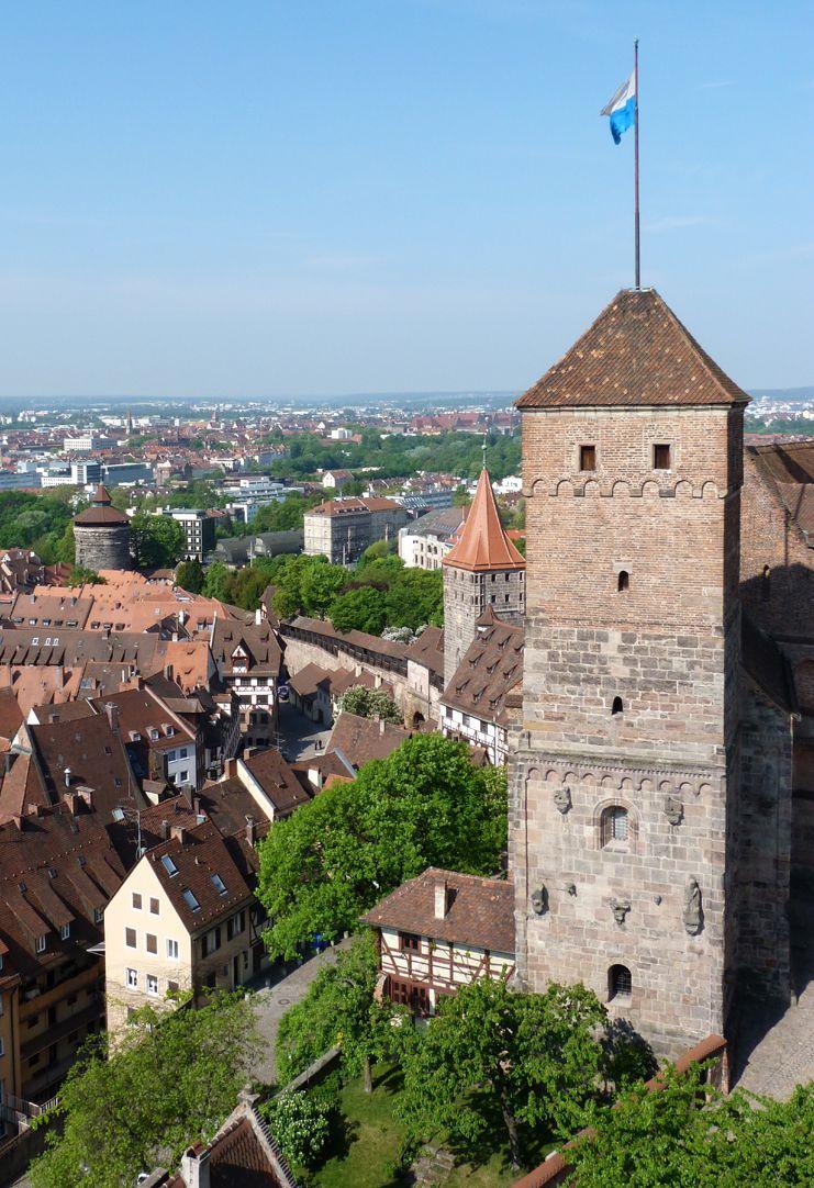 """Kapelle der Kaiserburg """"Heidenturm"""" von Osten, backsteinerne Erhöhung wohl um 1300, Zeltdach von 1566"""
