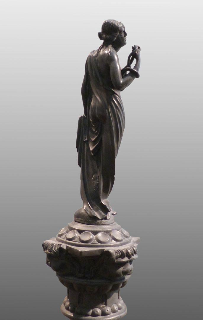 Kleopatra-Brunnen Kleopatra mit der Schlange, Dreiviertelansicht