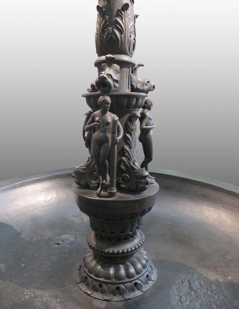 Kleopatra-Brunnen Säulenfuß mit weiblichen Figurinen und wasserspendenden Meereswesen