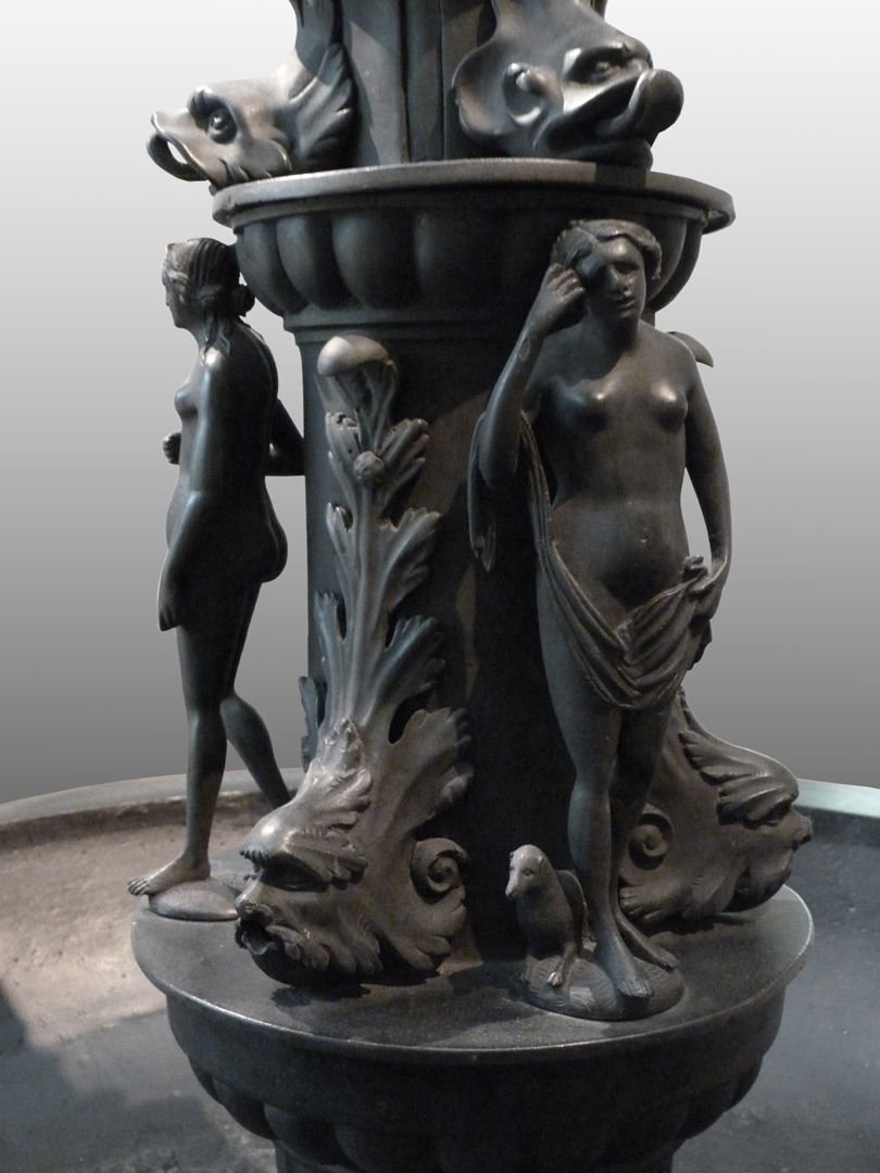 Kleopatra-Brunnen Säulenfuß mit weiblichen Figurinen und wasserspendenden Meereswesen, Detail