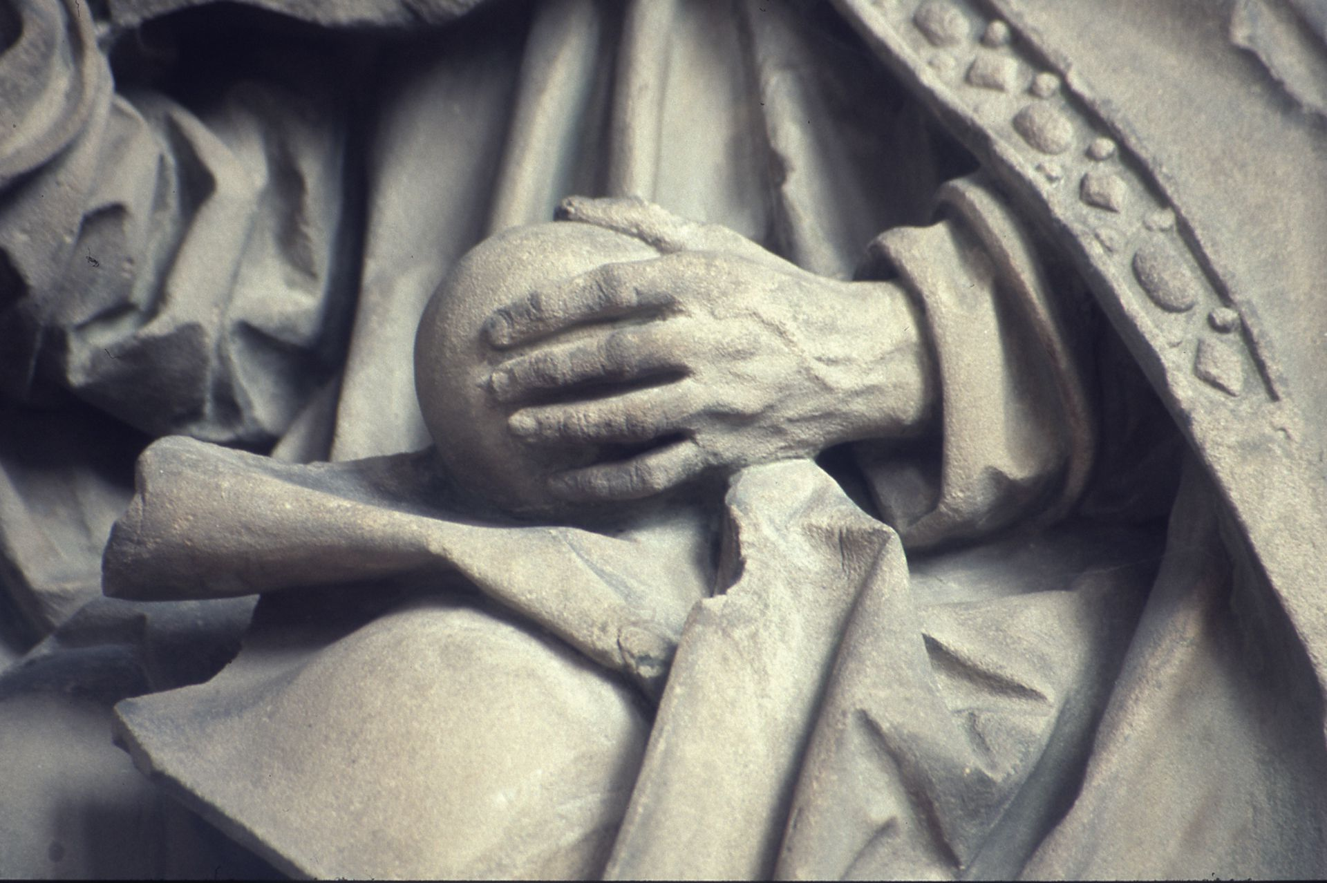 Landauer epitaph Detail: Godfather, hand