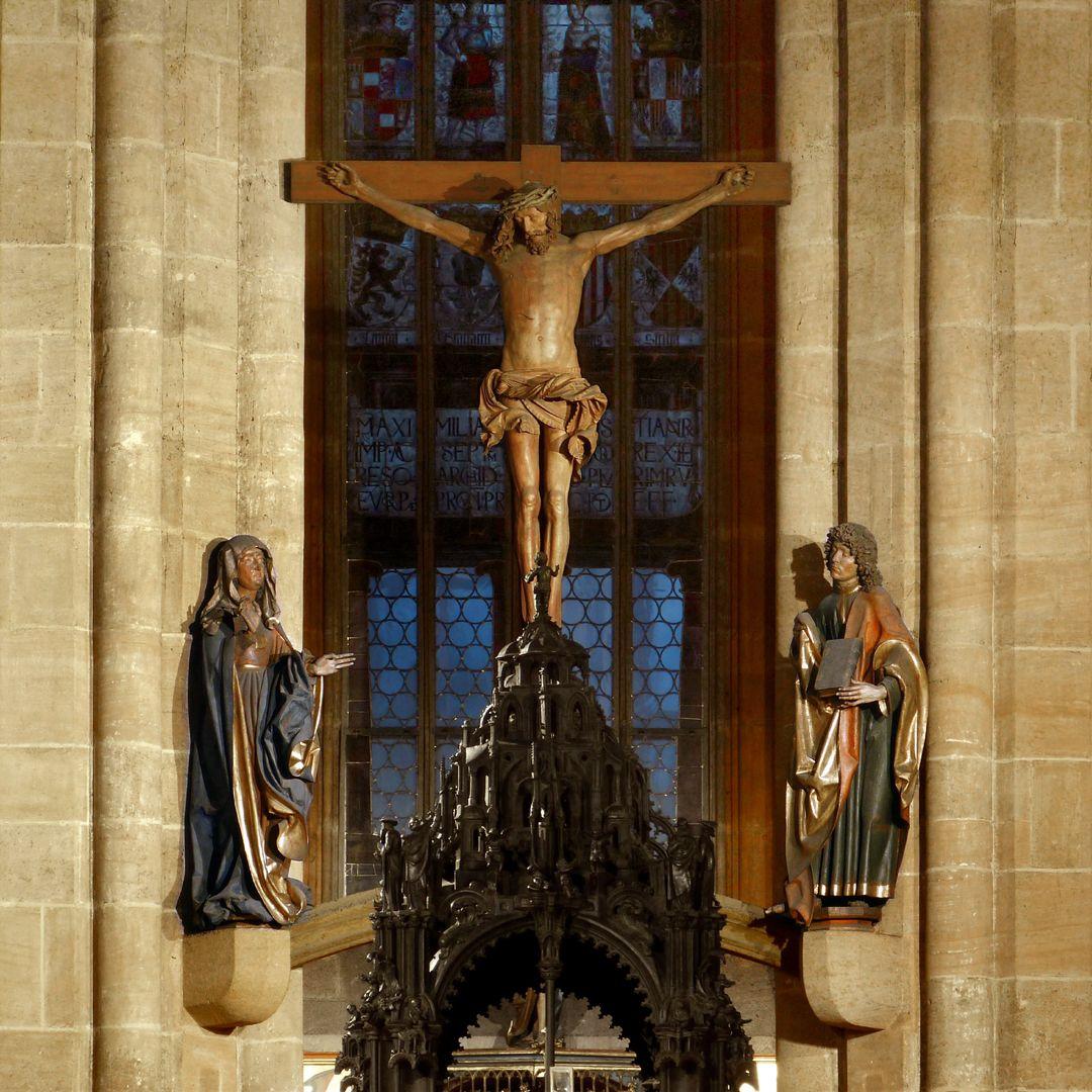 Assistant figures Gesamtansicht der Kreuzigungsgruppe mit Sebaldusgrab im Vordergrund