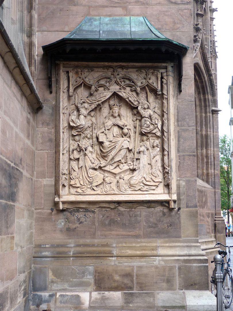 Epitaph des Kunz Horn Gesamtansicht mit geschwungenem Schutzdach, thronender Christus als Herrscher, Weltenrichter und Personifizierung der Dreieinigkeit