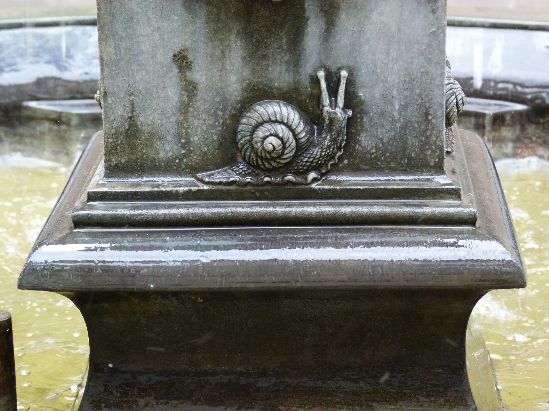 Putto-Fountain Pedestal with snail