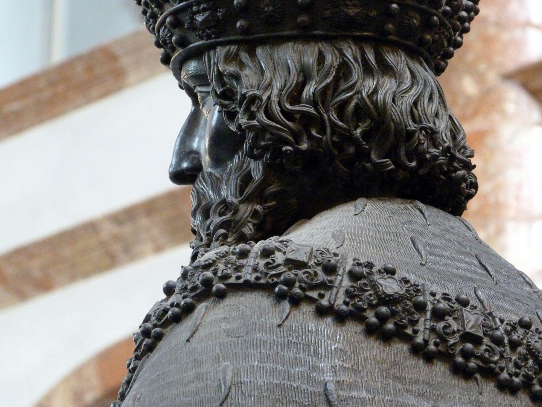 Leopold III (Innsbruck) schräge Rückansicht mit Hermelinstola und Kette