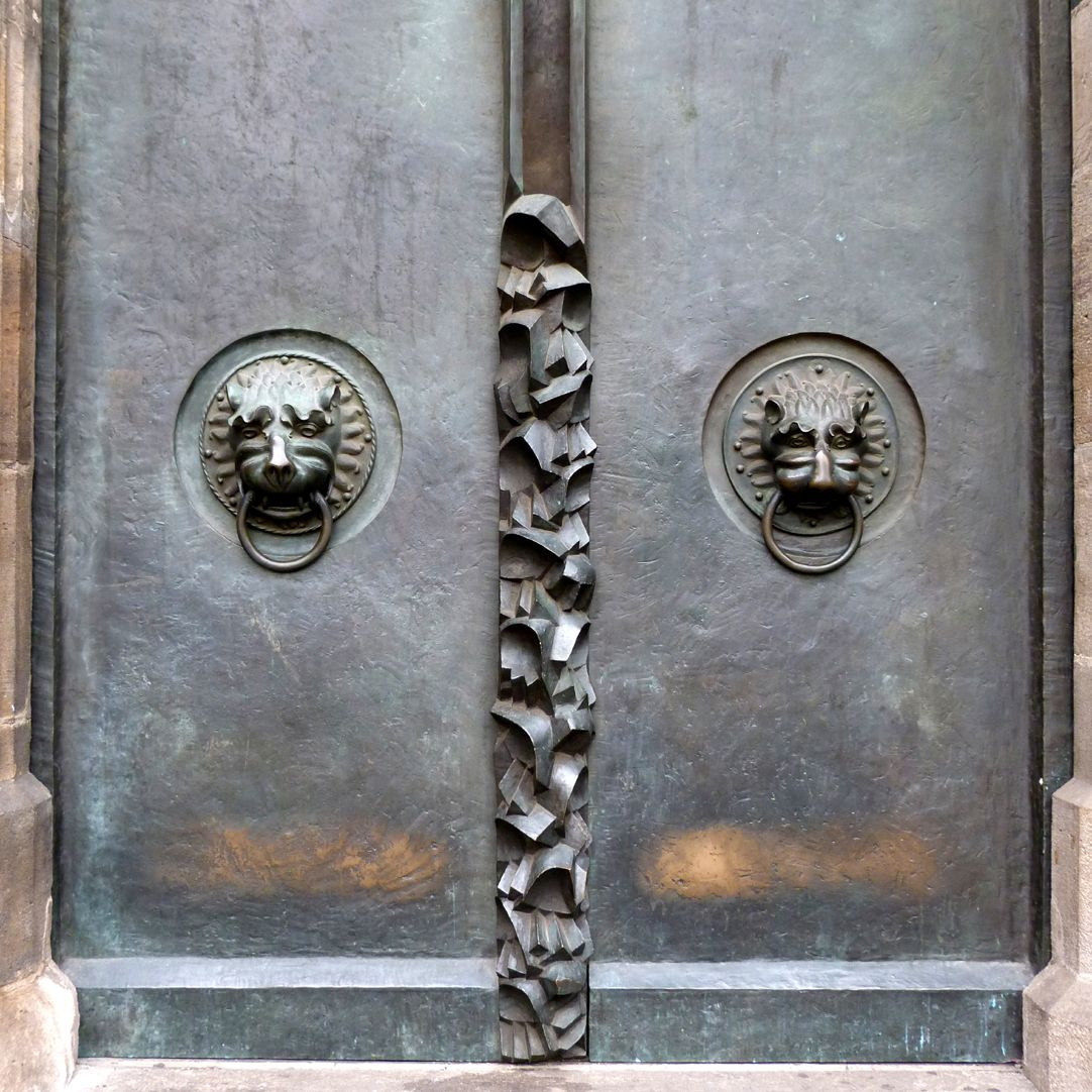 St. Lorenz-Church, West Entrance Portal, Bronze doors North door with medieval lions´ heads and hands pointing downwards