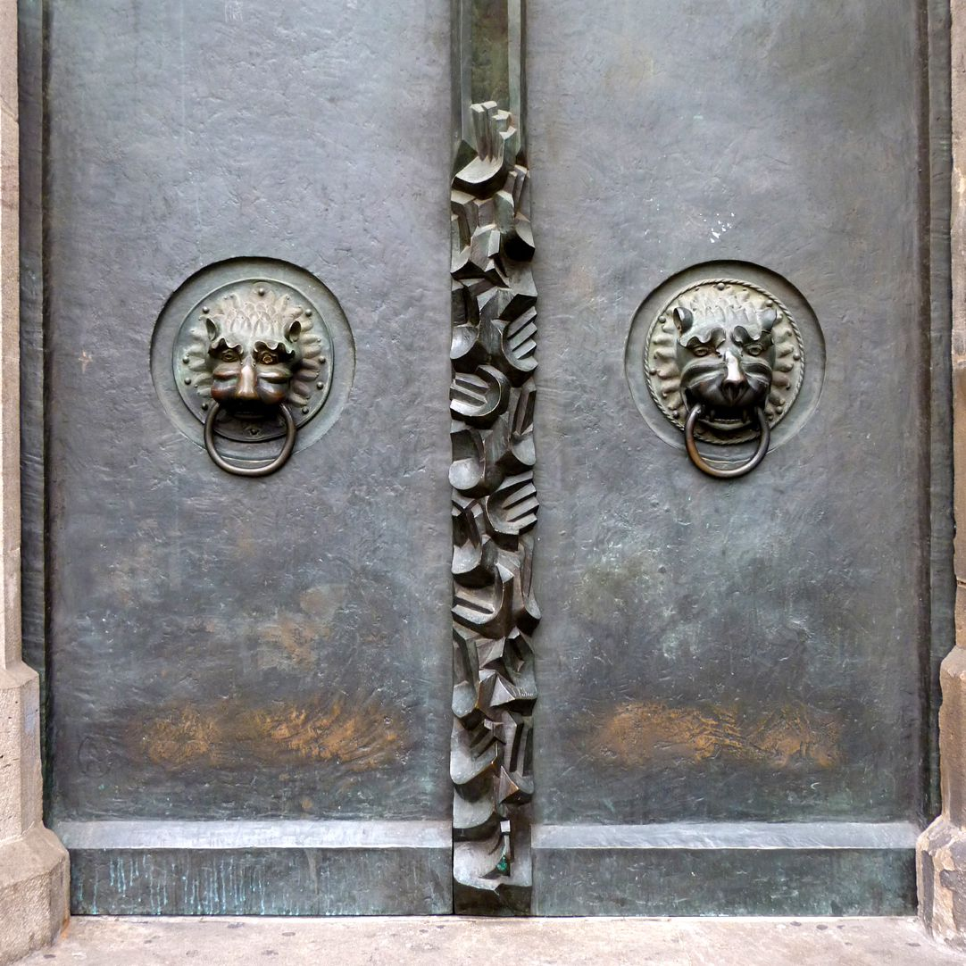St. Lorenz-Church, West Entrance Portal, Bronze doors South door with medieval lions´ heads and hands pointing upwards