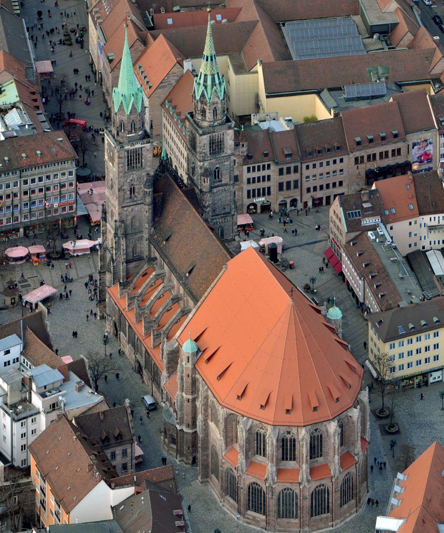 Die Lorenzkirche als Architektur Sankt Lorenz aus der Luft, von SO ausgesehen: An die Türmen schließt die Basilika an, an diese wiederum der voluminöse Hallenchor.