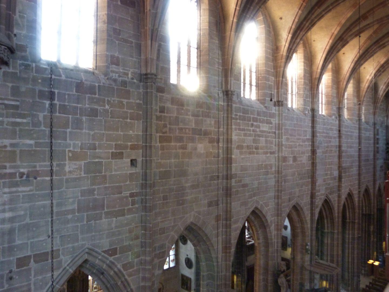 Die Lorenzkirche als Architektur Wandaufbau des Hauptschiffs, zwischen Arkaden und Obergaden massiv gemauert.