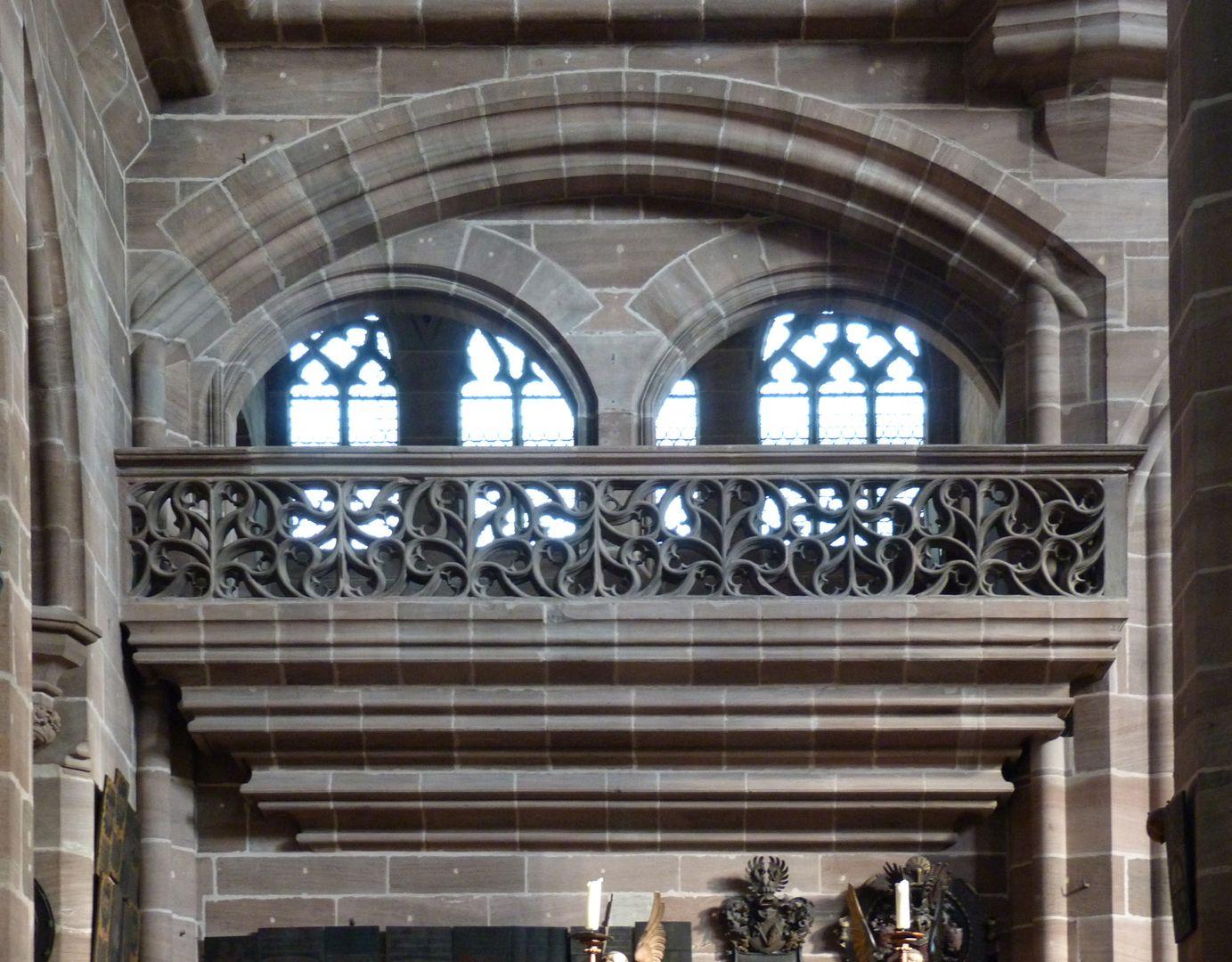 Die Lorenzkirche als Architektur Volckamerempore vom Kirchenraum aus. Sie gab den Anstoß zum Bau von Arkadenhöfen bei Patrizierhäusern in Nürnberg. Erst die Auflösung des Lorenzer Bautrupps 1477 ermöglichte die Verwirklichung prächtiger Arkadenhöfe der Spätgotik.