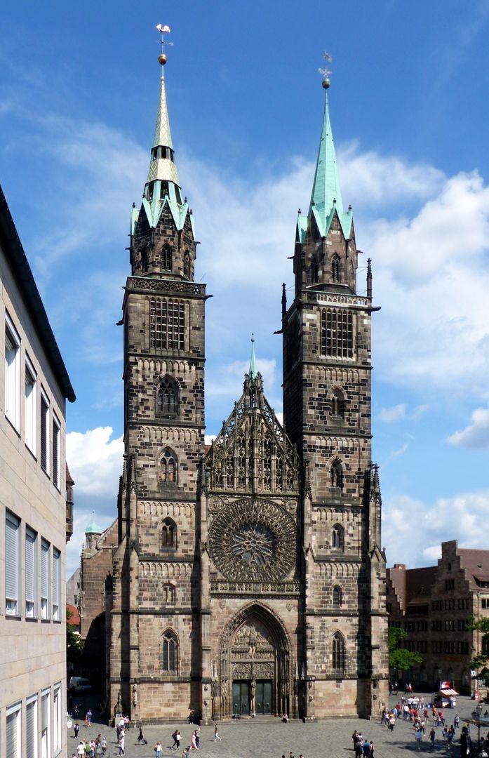 Die Lorenzkirche als Architektur Westfassade (bei Baubeginn im 13. Jahrhundert noch ohne Strebepfeiler)