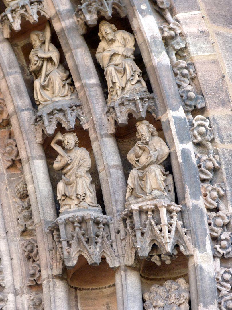 Die Lorenzkirche als Architektur Hauptportal, Detail zweier Register der Archivolten: man sieht r.u. die Füße des in den Himmel aufsteigenden Christus
