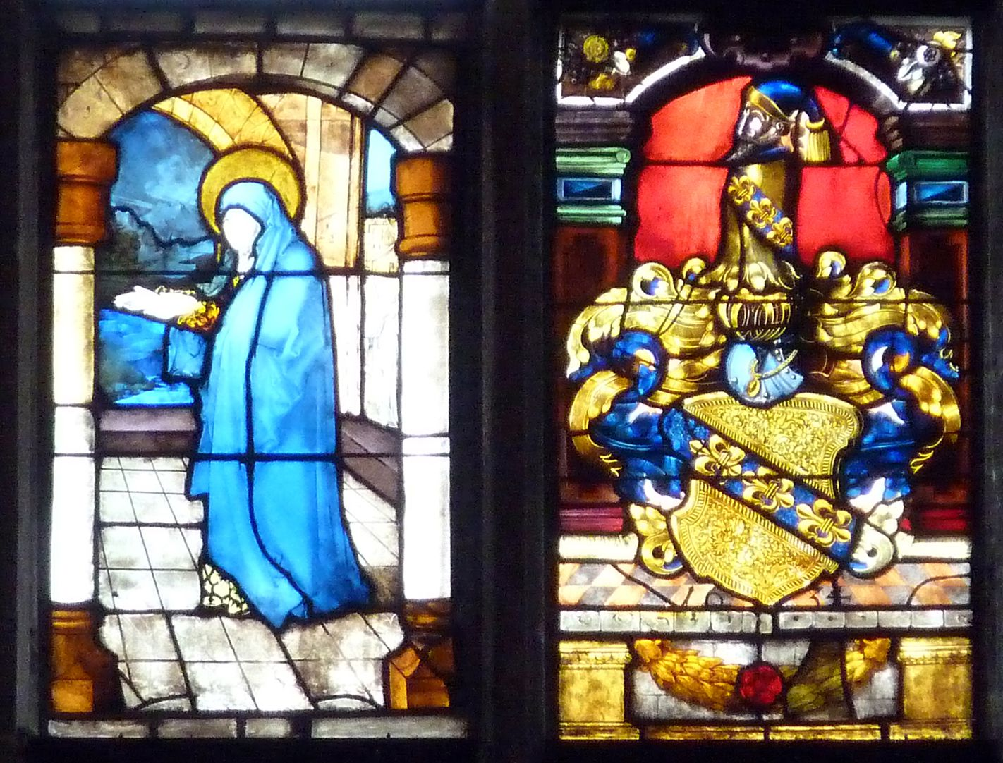 Ratsfenster mittlere Zeile rechts, auf der Linken: Die heilige Anna aus einer Begegnung an der Goldenen Pforte, 16.Jh.; rechts Gugelwappen, 17. Jh.