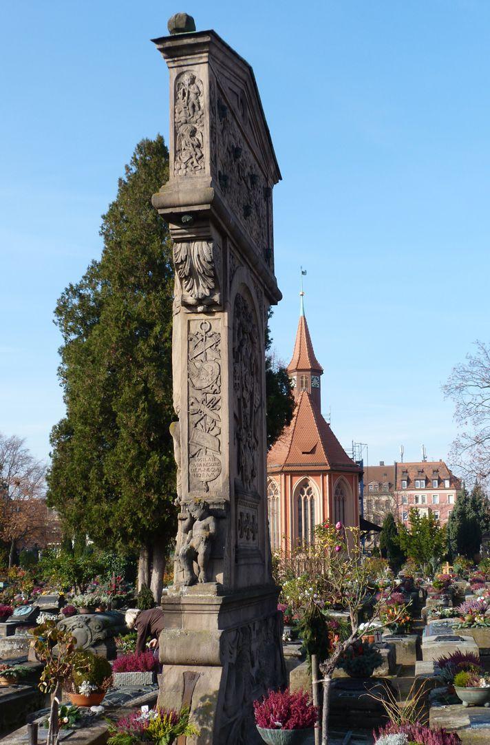 Gedächtnisstein des Wolfgang Münzer Seitenansicht mit Johanniskirche