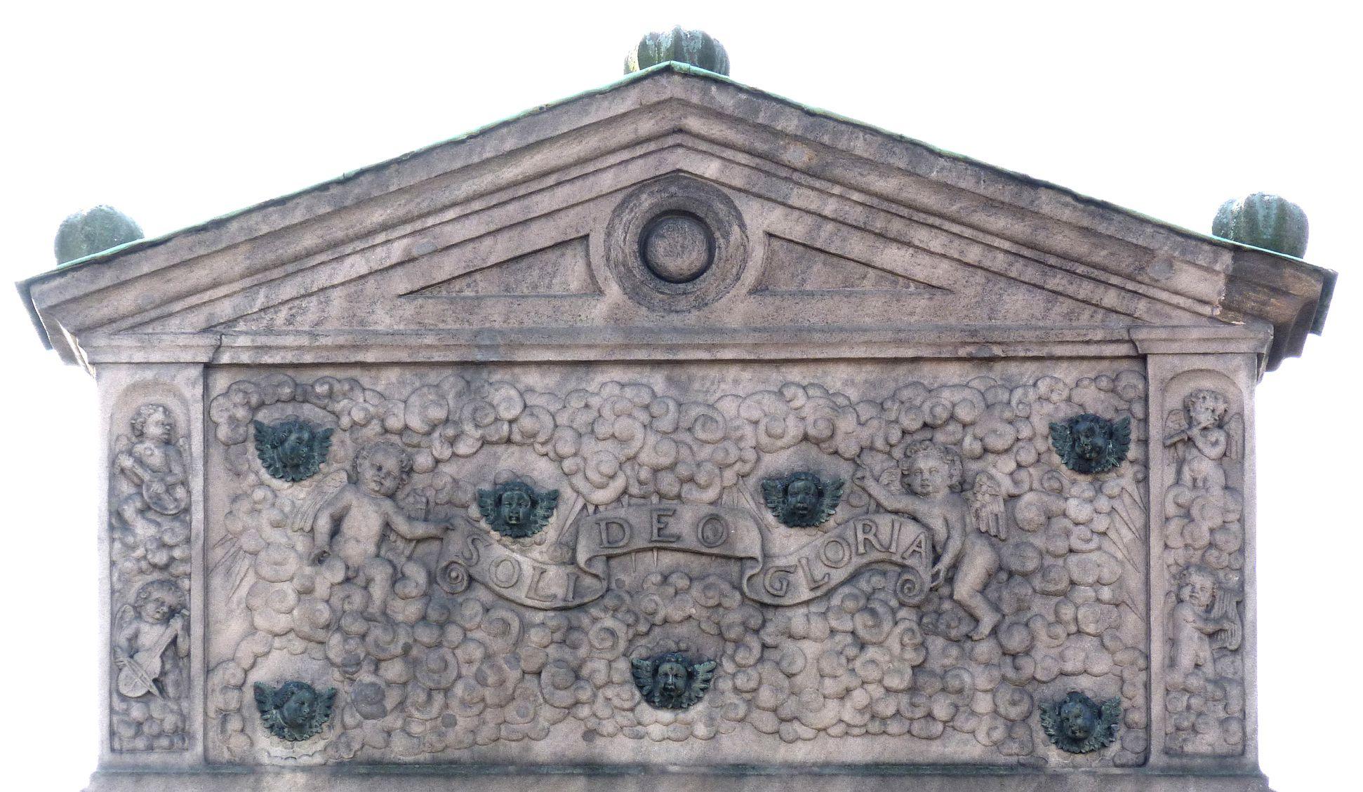Gedächtnisstein des Wolfgang Münzer Rückansicht, Ädikula mit bronzenen Engelsköpfen und Spruchband